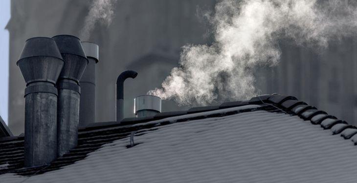 Smoke rises from chimneys on rooftops in Zurich, Switzerland, pictured on January 23, 2013. (KEYSTONE/Gaetan Bally)  Rauch steigt aus Schornsteinen auf Hausdaechern von Zuerich, aufgenommen am 23. Januar 2013. (KEYSTONE/Gaetan Bally)